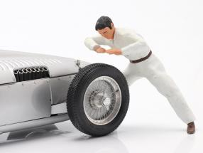 mechanic figure With white coverall checked the engine 1:18 Figutec Figures