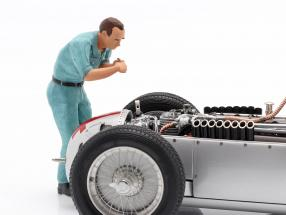 Auto Union mechanic figure changing spark plugs 1:18 Figutec Figures